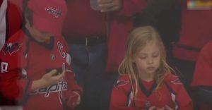 Dievčatko zostalo smutné, že ani na niekoľký krát nechytilo puk. Hokejista však celú situáciu zachránil