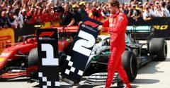 Urazený Vettel nesúhlasil s komisármi. Značku pre víťaza si premiestnil pred seba, aj keď nevyhral