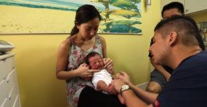 Lekár predviedol šikovný trik, ktorým bez problémov utíšite plačúce dieťa