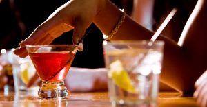 Barman zazrel, ako muž sype mladej žene do nápoja drogu. Na spravodlivú príučku tak ľahko nezabudne