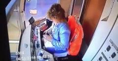 Počkajte milí cestujúci, len si odpíšem na jednu SMS-ku (bezohľadná vodička električky)