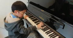 7 ročný chlapec predviedol svoj pôsobivý talent a trúfol si rovno na Beethovena