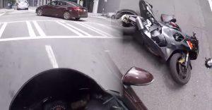 Kto tu bol na vine? Motorkár pristál nohami rovno na kapote