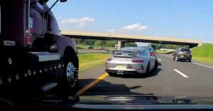 Pohotová reakcia zachránila vodiča Porsche 911 pred sprešovaním rútiacim sa kamiónom