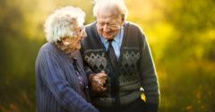 Fotografka sa rozhodla, že zveční niekoľko starších párov. Čistá a úprimná láska, ktorá z nich vyžarovala, ju dojala