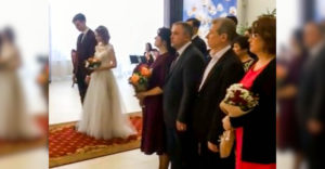 Svojim najlepším priateľom povedali, aby na svadbu prišli v oblekoch