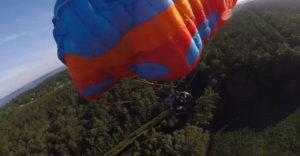Paramotorový pilot sa pri pomerne nízkom prelete nečakane zrútil do kukurice