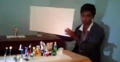 Hra svetla a tieňa. Chlapec vytvoril obraz z filmu Titanic vďaka hromade odpadkov